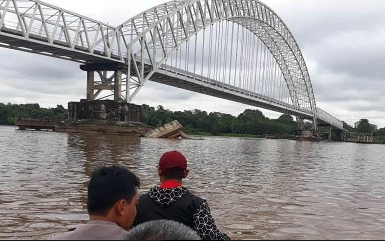 Polisi menyelidiki tertabraknya fender Jembatan Kalahien