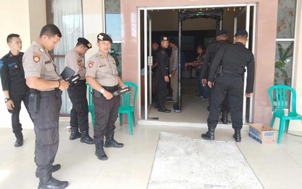 Personel kepolisian sedang mengamanan rapat pleno KPU  di Aula Dinas Kebudayaan dan Pariwisata Kota Palangka Raya, Rabu, 1 Mei 2019.