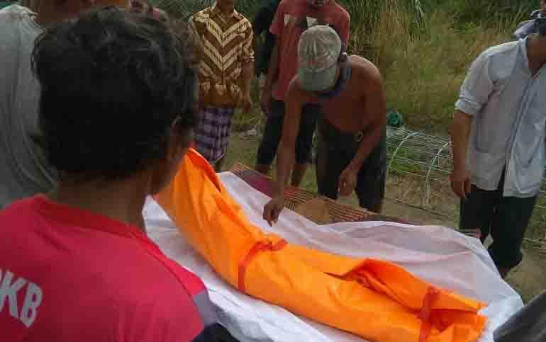 Proses evakuasi jasad korban di Desa Siong.