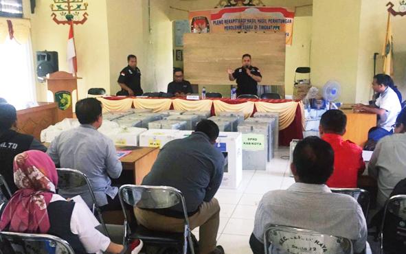 Panitia Pemilihan Kecamatan Jekan Raya melakukan penghitungan ulang surat suara dalam rapat pleno rekapitulasi tingkat kecamatan, Rabu, 1 Mei 2019.
