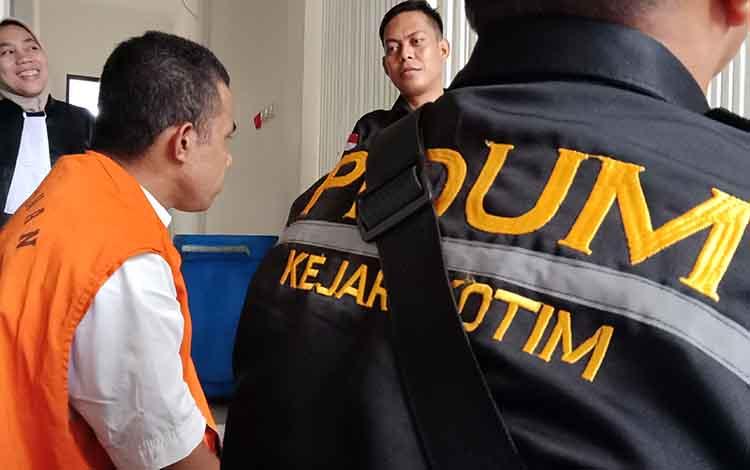 Terdakwa persetubuhan anak (rompi orange) bersama petugas kejaksaan di Pengadilan Negeri Sampit.