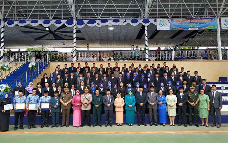 Bupati barito Utara, H Nadalsyah didampingi wakil Bupati Barito Utara Sugianto Panala Putra bersama unsur FKPD berfoto bersama dengan kepala sekolah dan pengawas sekolah yang baru dilantik