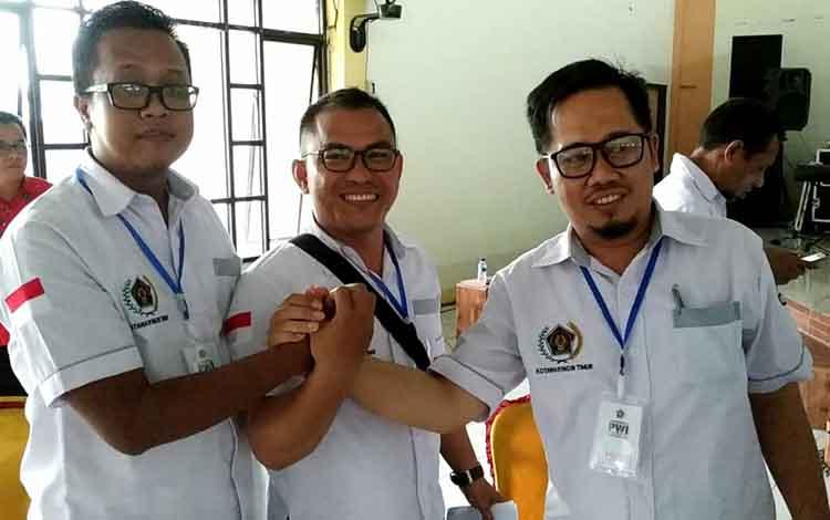 Ketua PWI Kotim Andri Rizky Agustian (palimng kiri) terpilih bersama dua calon lainnya yakni Agus Jaka Purnama dan Wijaya saat berjabat tangan, Kamis 2 Mei 2019.