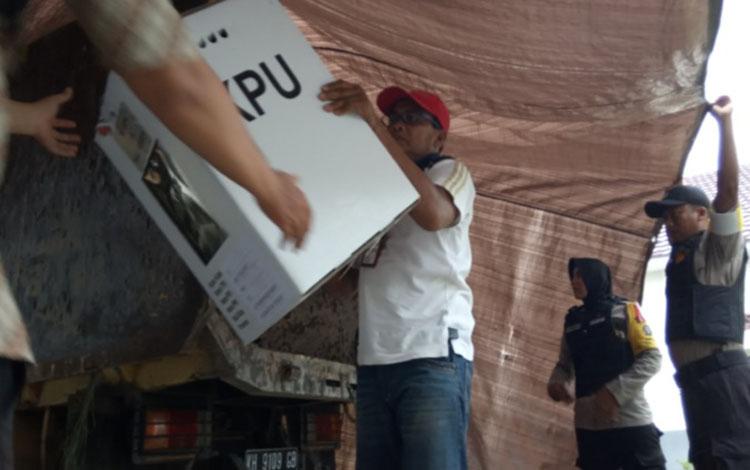 Pengangkutan kotak hasil perolehan suara pemilu 17 April 2019 di PPK Arsel