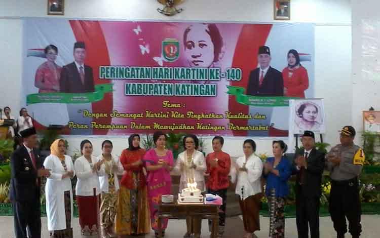 Wakil Bupati Katingan Sunardi Litang menyaksikan para ibu-bu meniup lilin peringatan hari Kartini ke 140.