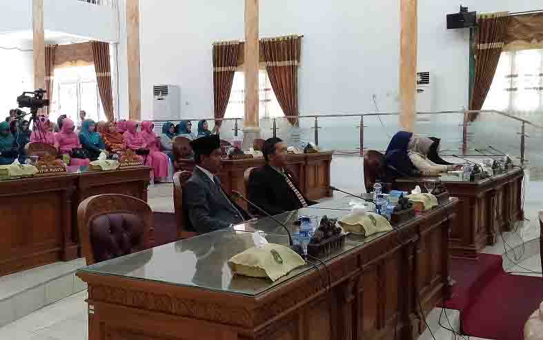 Kalangan legislator Sukamara mengikuti rapat paripurna.