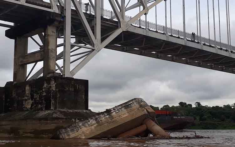 Fender Jembatan Kalahien, Kabupaten Barito Selatan, nyaris roboh pascaditabrak tongkang batu bara,  Selasa, 30 April 2019.