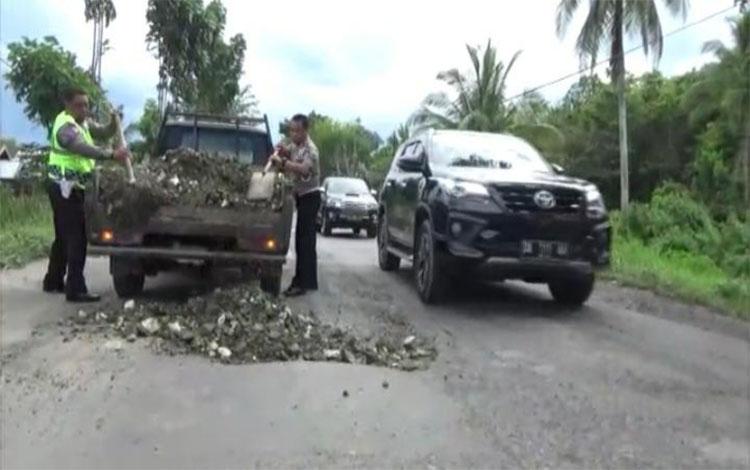 Anggita Satlantas Polres Kapuas menambal lubang disejumlah titik di Jalan Trans Kalimantan wilayah Kapuas Hilir