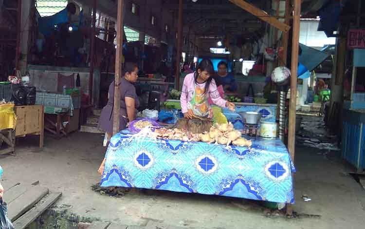 Penjual daging ayam di Pasar Kereng Pangi.