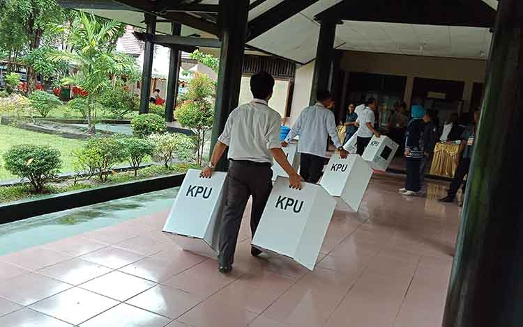 Suasana pleno tingkat KPU Kabupaten Kotawaringin Timur.