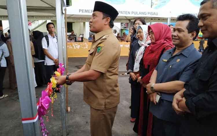 Bupati Pulang Pisau, Edy Pratowo, saat membuka pasar wadai Ramadan, Senin, 6 Mei 2019.