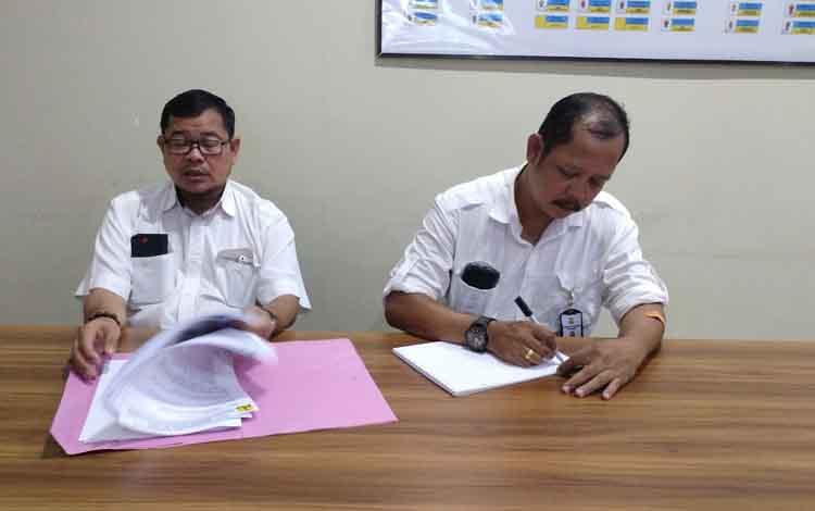 Pejabat Pembuat Komitmen 3.4 Kementrian PUPR Kalimantan Tengah, Paskah Kaharap Asi (kiri)