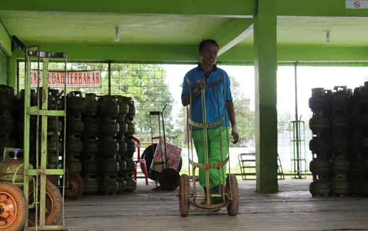 Pendistribusian gas elpiji subsidi di tingkat agen di kawasan Junjung Buih Kota Palangka Raya