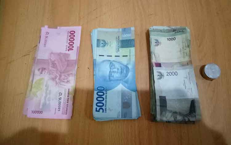 Uang tunai Rp1,39 juta diamankan di Polsek Pahandut.