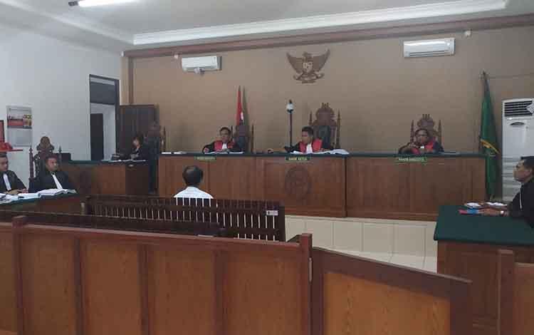 Terdakwa mantan Bendahara Umum Kabupaten Katingan, Tekli, menjalani sidang kasus tipikor usng kas daerah senilai Rp 100 milir di Pengadilan Tipikor Palangka Raya, Selasa, 7 Mei 2019.