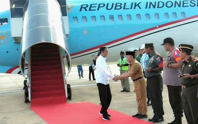 Presiden Joko Widodo tiba di Bandara Tjilik Riwut dan disambut Gubernur Kalteng Sugianto Sabran serta pejabat lainnya, Selasa, 7 Mei 2019.