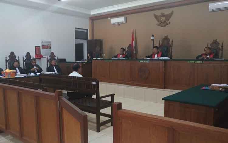 Tekli saat menjalani persidangan atas hilangnya uang kas daerah Rp 100 Milyar di Pengadilan Tipikor Palangka Raya.