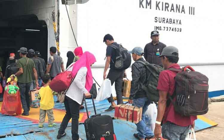 Sejumlah penumpang saat masuk ke dalam kapal, untuk mudik ke Pulau Jawa