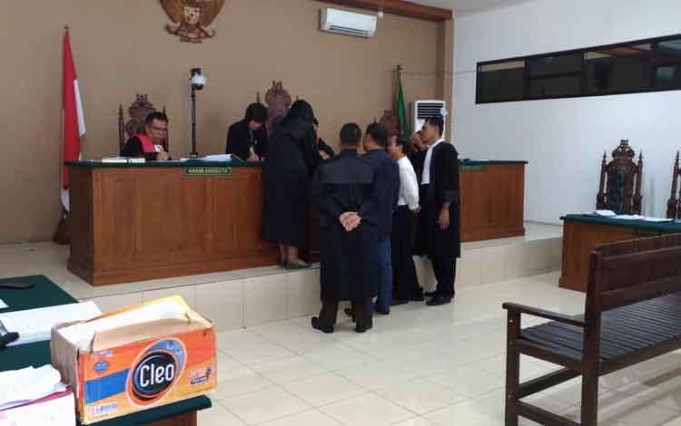 Jaksa menunjukan berkas perkara saat persidangan disaksikan oleh Yantenglie dan Tekli didampigi penasihat hukumnya