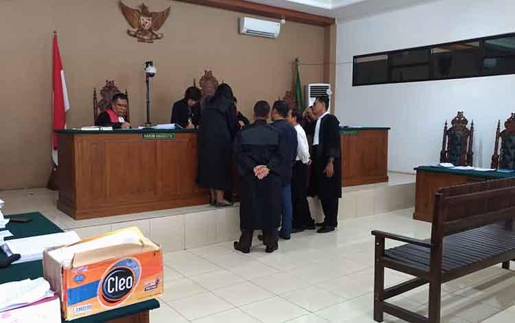 Jaksa Penuntut Umum, Saat menunjukan berkas perkara kepada Terdakwa Tekli dan Saksi Yantenglie dihadapan Majelis Hakim saat persidangan.