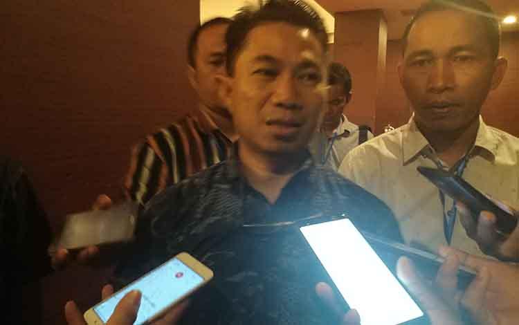 Sekjen DPD Demokrat Provinsi Kalimantan Tengah Junaidi (tengah)