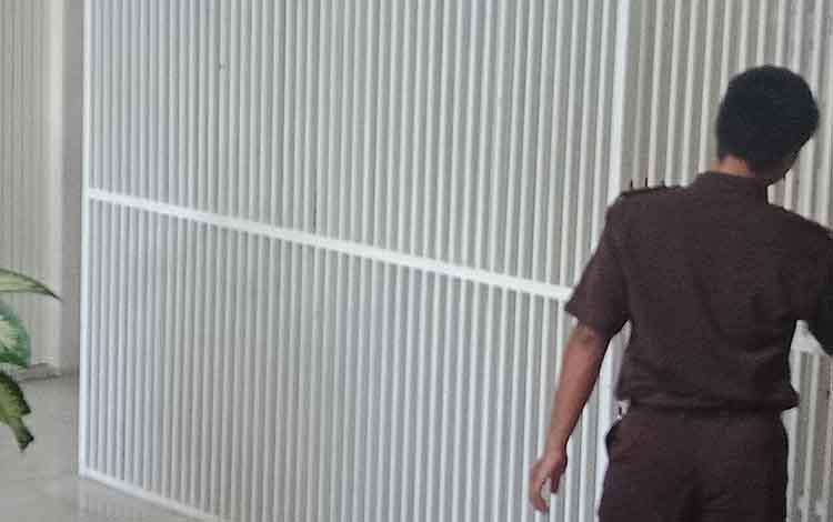 Petugas saat mengeluarkan tahanan dari sel tahanan di Pengadilan Negeri Sampit.