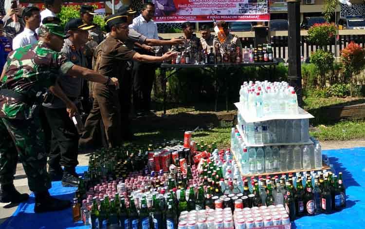 Ratusan botol minuman keras yang dimusnahkan oleh aparat kepolisian hasil dari razia beberapa waktu lalu.
