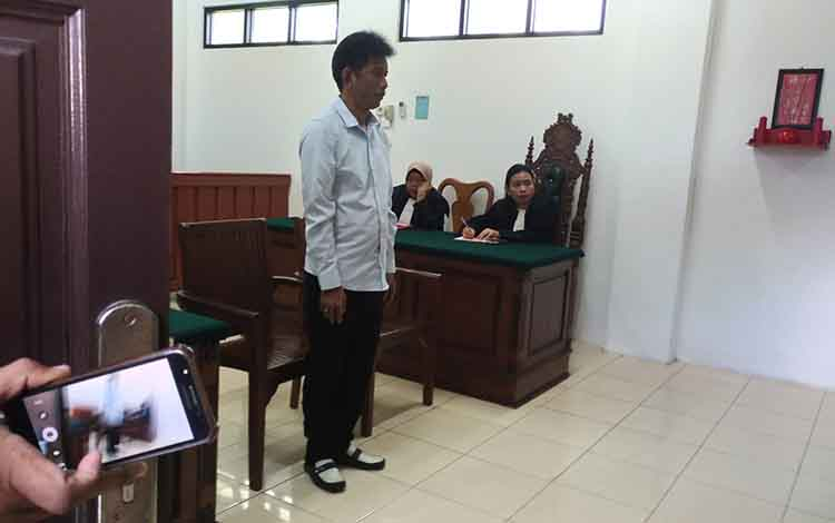 Terdakwa SS saat mendengar amar putusan majelis hakim Pengadilan Negeri Palangka Raya yang diketuai Alfon dalam persidnagan, Kamis, 9 Mei 2019.