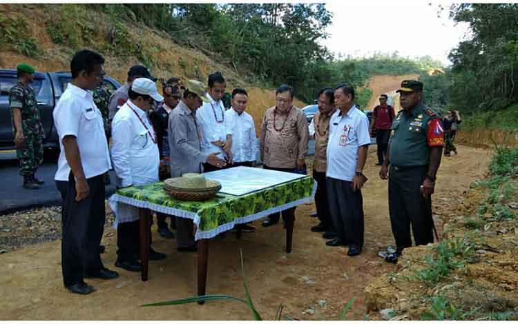 Presiden RI Joko Widodo, Gubernur Kalteng Sugianto Sabran, Bupati Gumas, Sekda Gumas di lahan yang rencananya akan digunakan untuk pemindahan ibu kota.