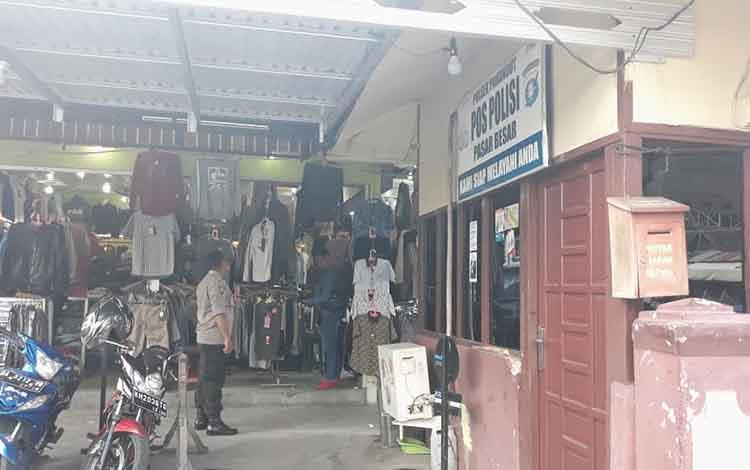 Polisi terlihat melakukan pengamanan di kawasan pasar besar, Jumat, 10 Mei 2019