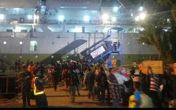 Pemudik yang pulang kekampung halaman menggunakam moda transportasi kapal di Pelabuhan Panglima Utar Kumai