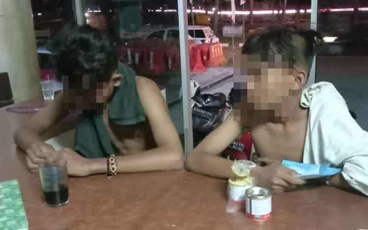 Dua remaja yang diamankan akibat ngelem