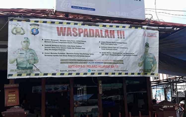 Spanduk imbauan terpasang di kawasan Pasar Besar Palangka Raya.