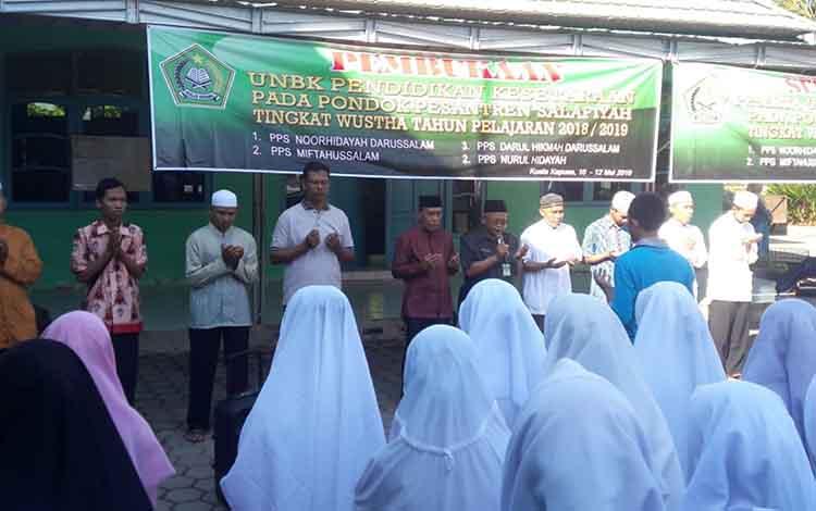 Pembukaan kegiatan UNBK Pendidikan Kesetaraan Pondok Pesantren di halaman MAN Kapuas, Jumat, 10 Mei 2019