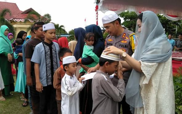 Kapolres Sukamara AKBP Sulistiyono saat menyantuni anak yatim dan piatu pada acara Tablig Akbar Kebangsaan, Sabtu, 11 Mei 2019.