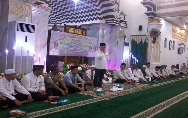 Gubernur Kalteng, Sugianto Sabran menyampaikan sambutan pada safari Ramadan di Masjid Al-Mujahirin Kereng Pangi, Minggu, 12 Mei 2019