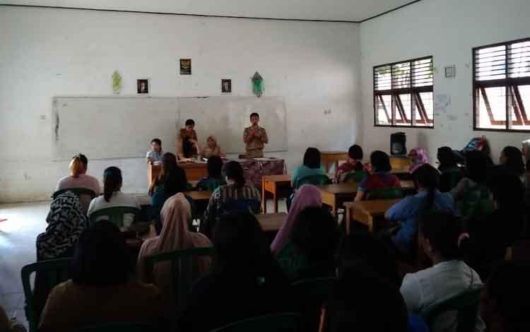 Kepala SMKN 2 Tamiang Layang memberikan arahan kepada orang tua siswa sebelum menerima hasil ujian nasional
