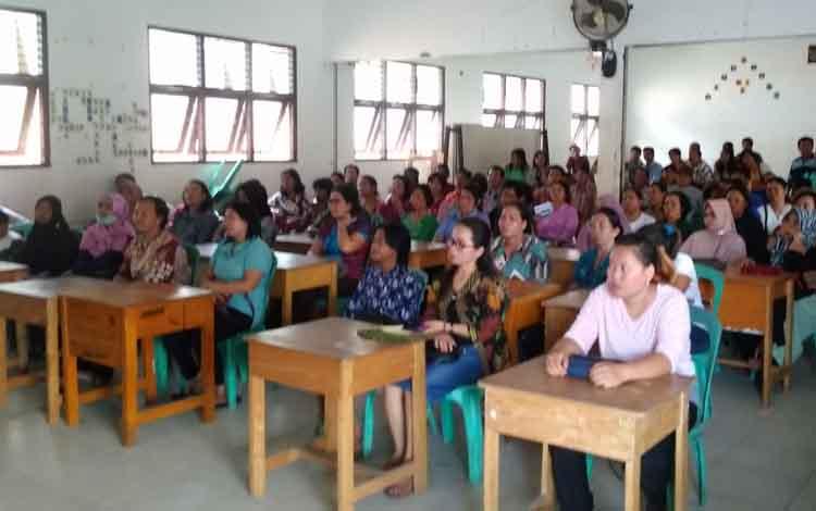 Kepala SMKN 2 Tamiang Layang, Abdul Chak memberikan arahan kepada orang tua siswa sebelum membagikan pengumuman hasil ujian.