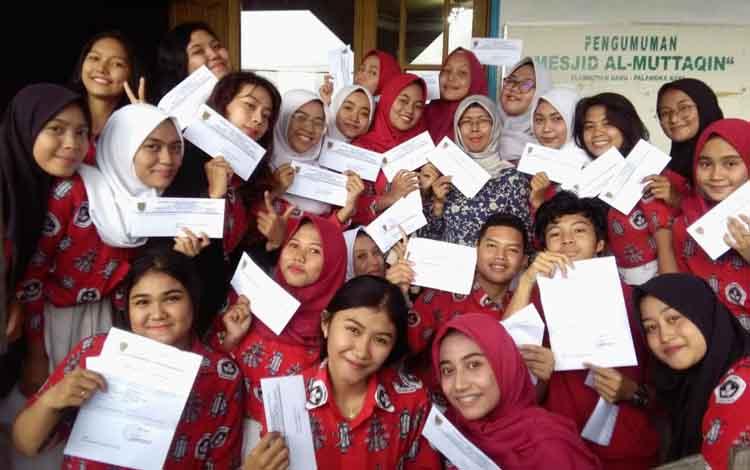 Sebagian kecil siswa di SMAN 1 Palangka Raya menunjukan hasil kelulusan, Senin, 13 Mei 2019