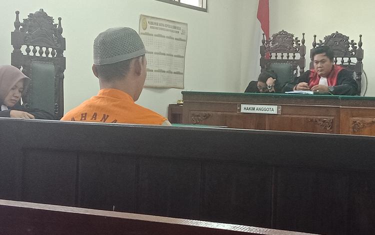 Terdakwa EAP saat jalani sidang di Pengadilan Negeri Sampit.