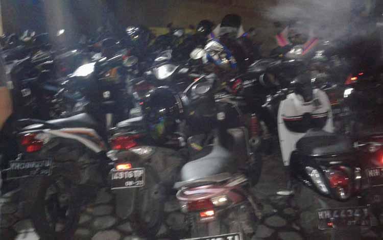 Puluhan motor milik pembalap liar diamankan.