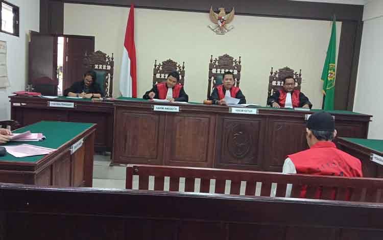 Sup (rompi) terdakwa sabu saat jalani sidang di Pengadilan Negeri Sampit.