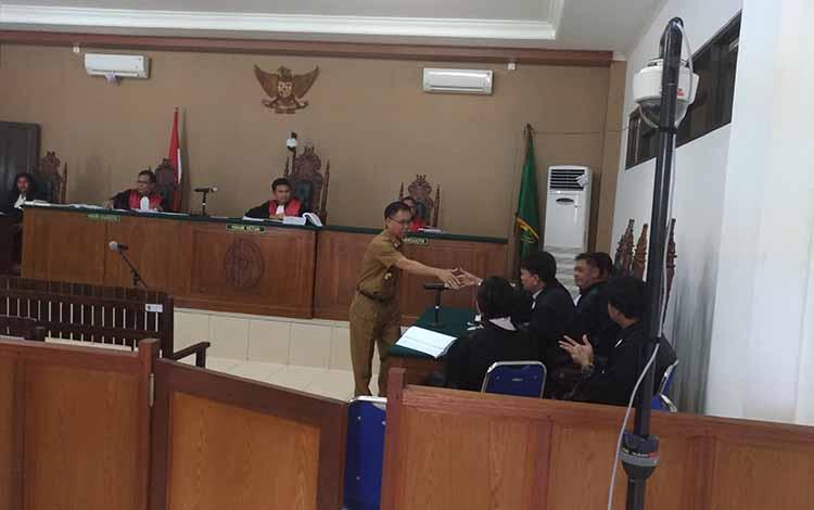 Bupati Katingan Sakariyas setelah menjalani pemeriksaan saksi dalam persidangan kasus tindak pidana korupsi dengan terdakwa Yantenglie