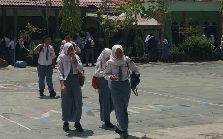 Siswa SMAN 1 Sampit saat keluar dari ruang kelas mereka, Selasa, 14 Mei 2019.