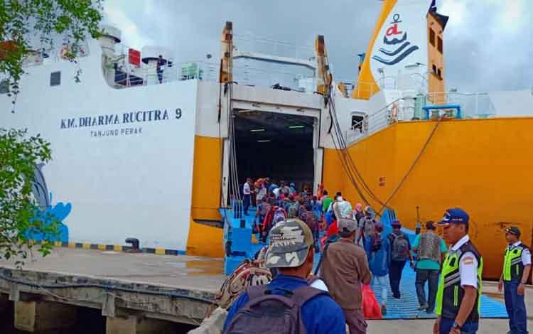 Para penumpang turun dari kapal di Pelabuhan Panglima Utar Kumai
