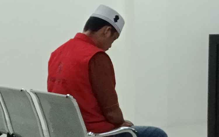 AF alias BL terdakwa kasus penggelapan dan penipuan saat di Pengadilan Negeri Sampit.