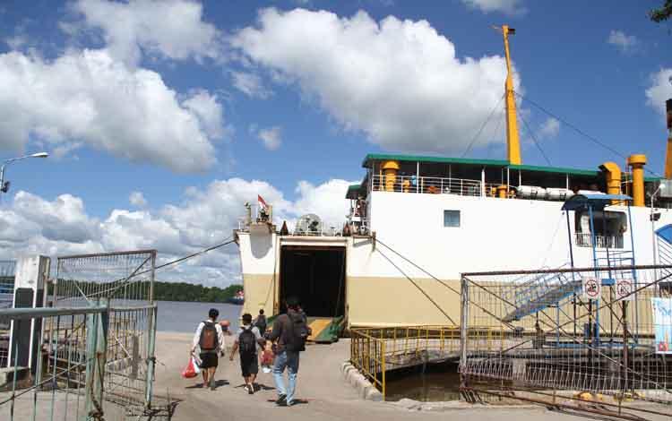 Aktivitas kapal di Pelabuhan Kumai.