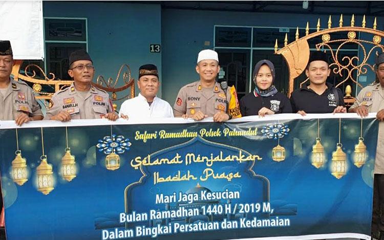 Polsek Pahandut menggelar safari Ramadan dikediaman tokoh masyarakat, Hamidan, Selasa, 14 Mei 2019.