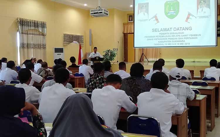 Bupati Sukamara Windu Subagio saat membuka sosialisasi peremajaan kelapa sawit perkebunan di Balai Pelatihan Guru (BPG), Rabu, 15 Mei 2019.