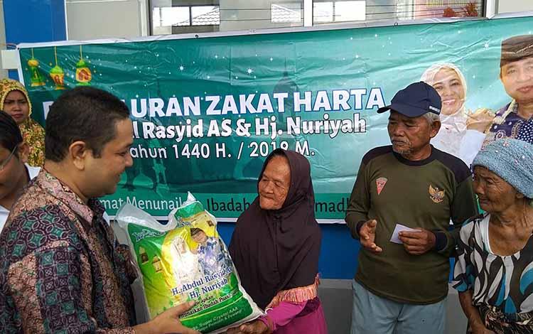 Pimpinan Redaksi Palangka Pos, Haris menyerahkan bantuan beras zakat H Abdul Rasyid AS secara simbolis di Kelurahan Kalampangan, Rabu, 14 Mei 2019.